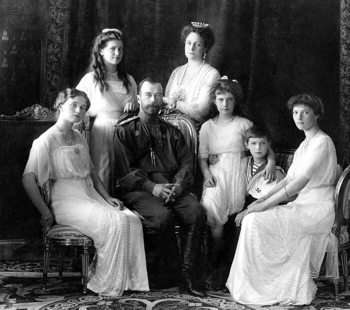 1018px-Russian_Imperial_Family_1913-1508647752.jpg