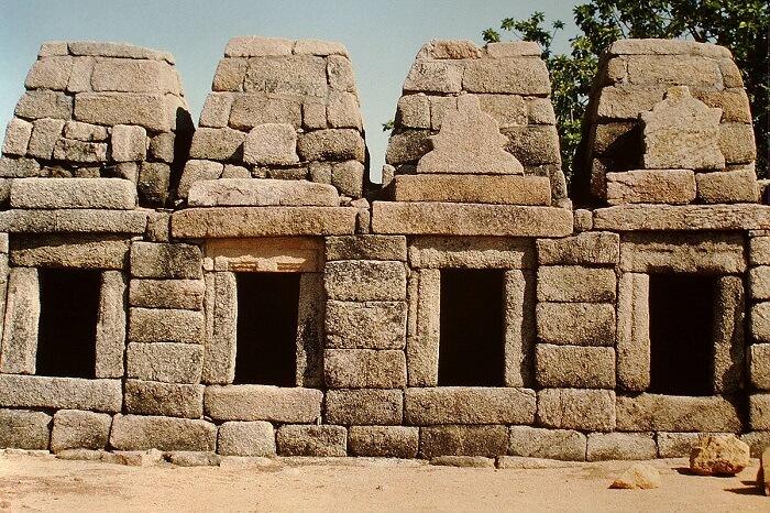 1200px-Khajuraho,Chausath-Yogini-Tempel2-1510444110.jpg