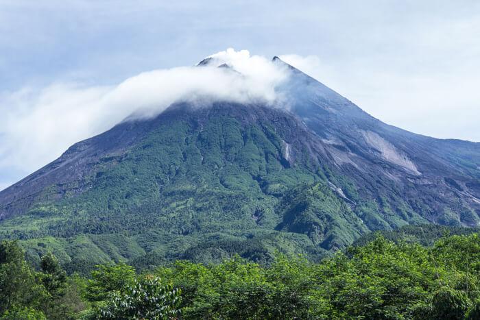 1200px-Mount_Merapi_in_2014-1513499646.jpg