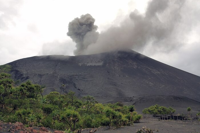 1200px-Mount_Yasur_eruption_2006,_Tanna_Island,_Vanuatu,_VAN_0516-1513499754.jpg