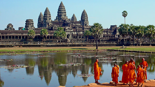 640px-Buddhist_monks_in_front_of_the_Angkor_Wat-1515998803.jpg