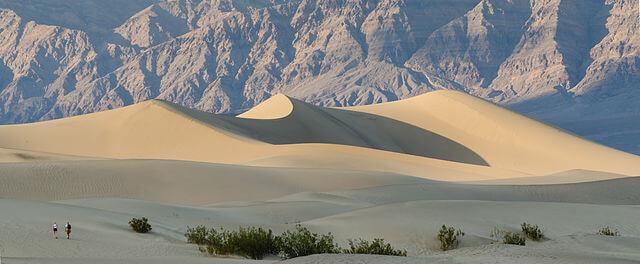 640px-Death_Valley_Mesquite_Flats_Sand_Dunes_2013-1517558774.jpg