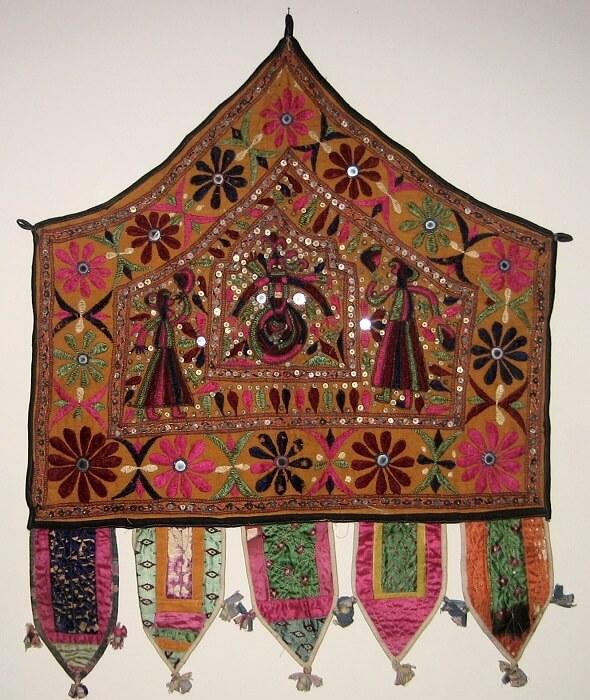 Alter_Cloth_(Toran),_Saurashtra,_Gujarat,_India,_20th_Century,_cotton,_metal_and_mirror_pieces-1499410079.jpg
