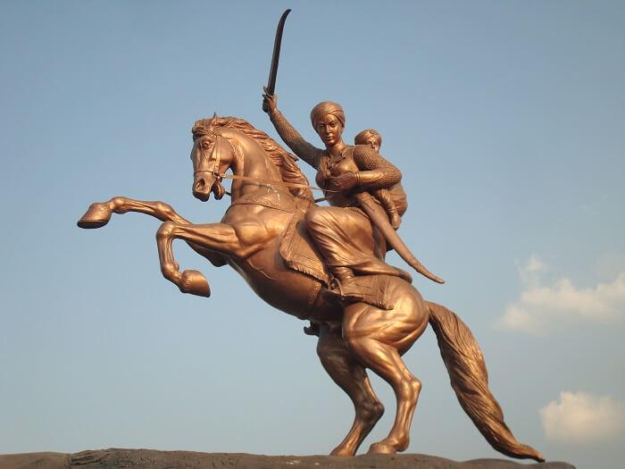 Laxmibai's_statue_in_Solapur-1512280616.jpg