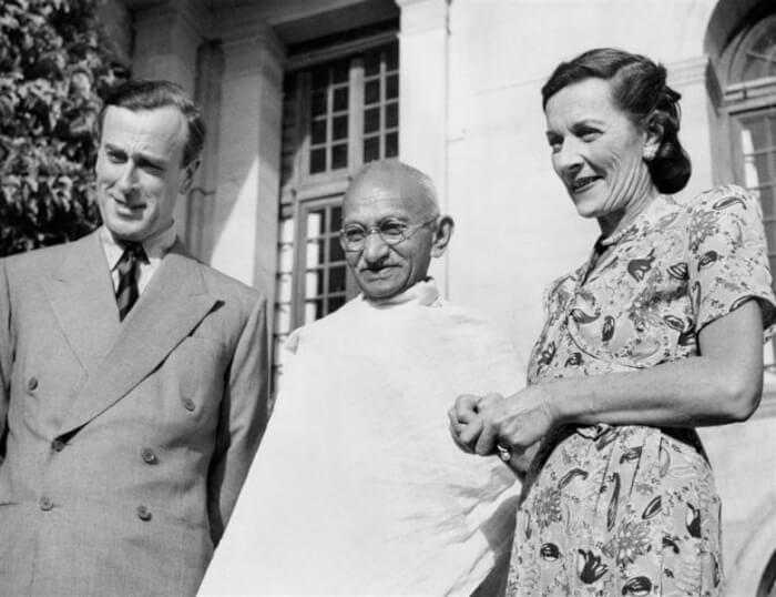 Mountbattens_with_Gandhi_(IND_5298)-1502616538.jpg