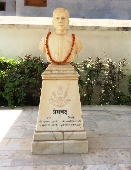 Munshi_Premchand_half_bust_statue-1499165375.jpg