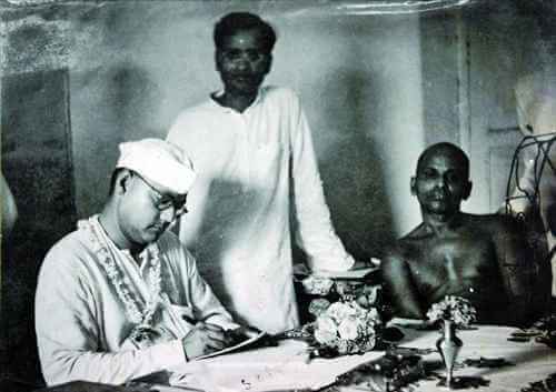 Netaji_Subhas_Chandra_Bose_with_Shankaracharya_of_Puri_-_Puri_Orissa-23627-1517901181.jpg