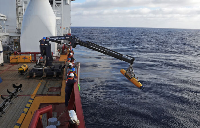 Ocean_Shield_deploys_the_Bluefin_21_underwater_vehicle-1527661544.jpg