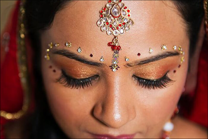 Paisley-Inspired-Design-i-bridal-bindi-1516696581.jpg
