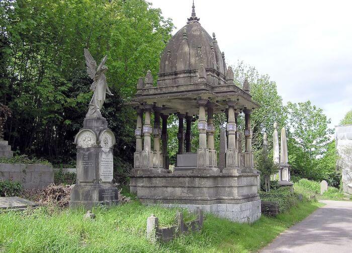 Tomb_of_Raja_Rammohun_Roy_in_Arnos_Vale_Cemetery,_Bristol,_England-1526969646.jpg
