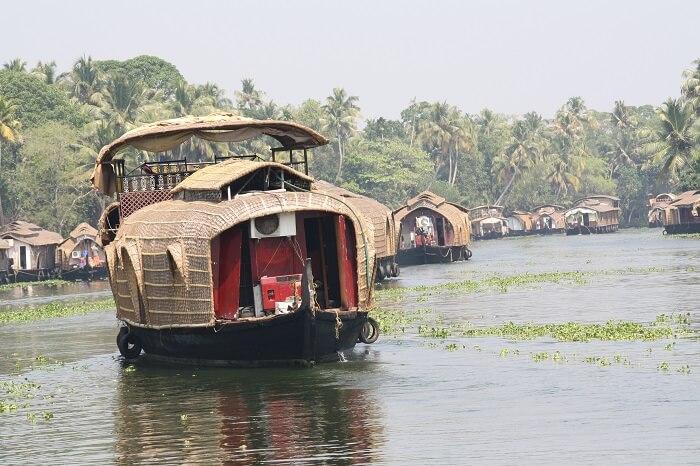 Vembanattu_Lake,Kumarakom,Alleppy,Kerala,India_-_panoramio_(4)-1511335246.jpg