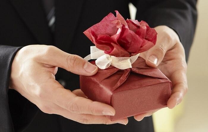gift-687265_1280-1498420301.jpg