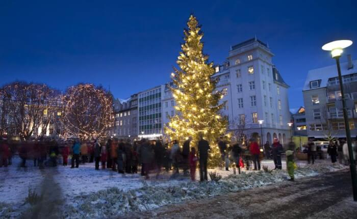iceland-reykjavik-christmas-lights-rth-1513838951.jpg